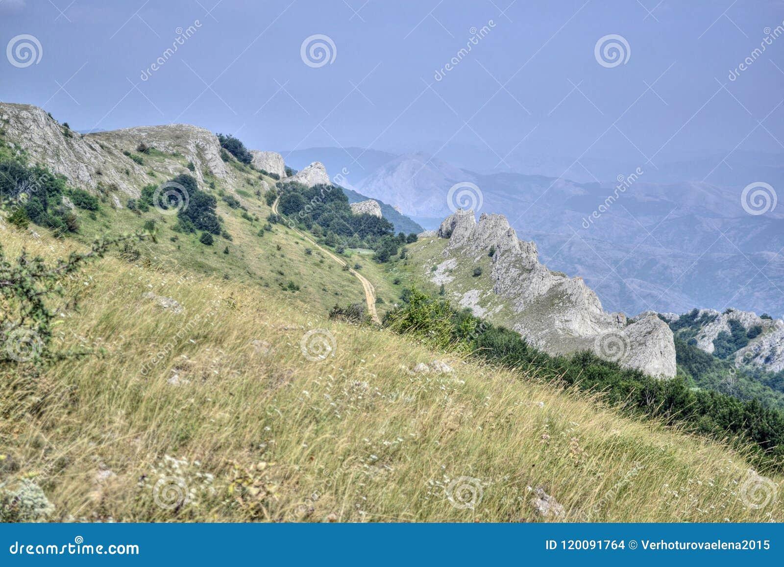 克里米亚山脉夏天风景被描述的桌面的屏幕保护程序