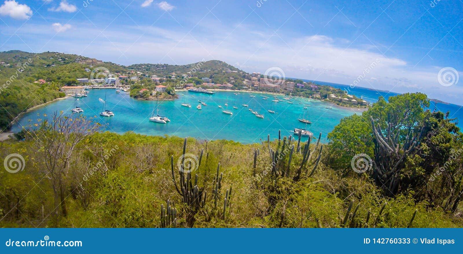 克鲁斯海湾全景在圣约翰USVI,加勒比海岛上的主要城镇
