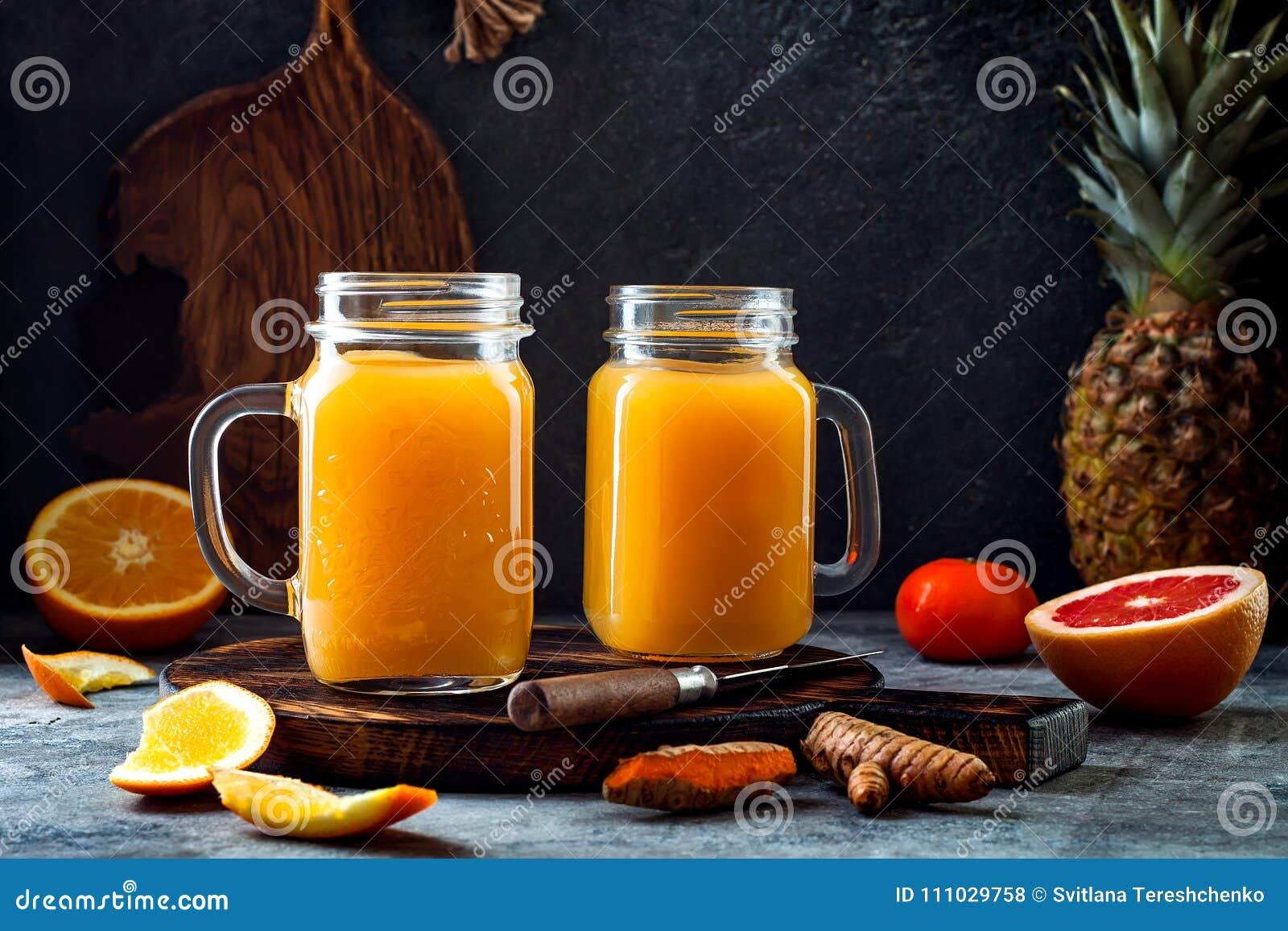 免疫促进,反激动的圆滑的人用桔子,菠萝,姜黄 戒毒所早晨汁液饮料