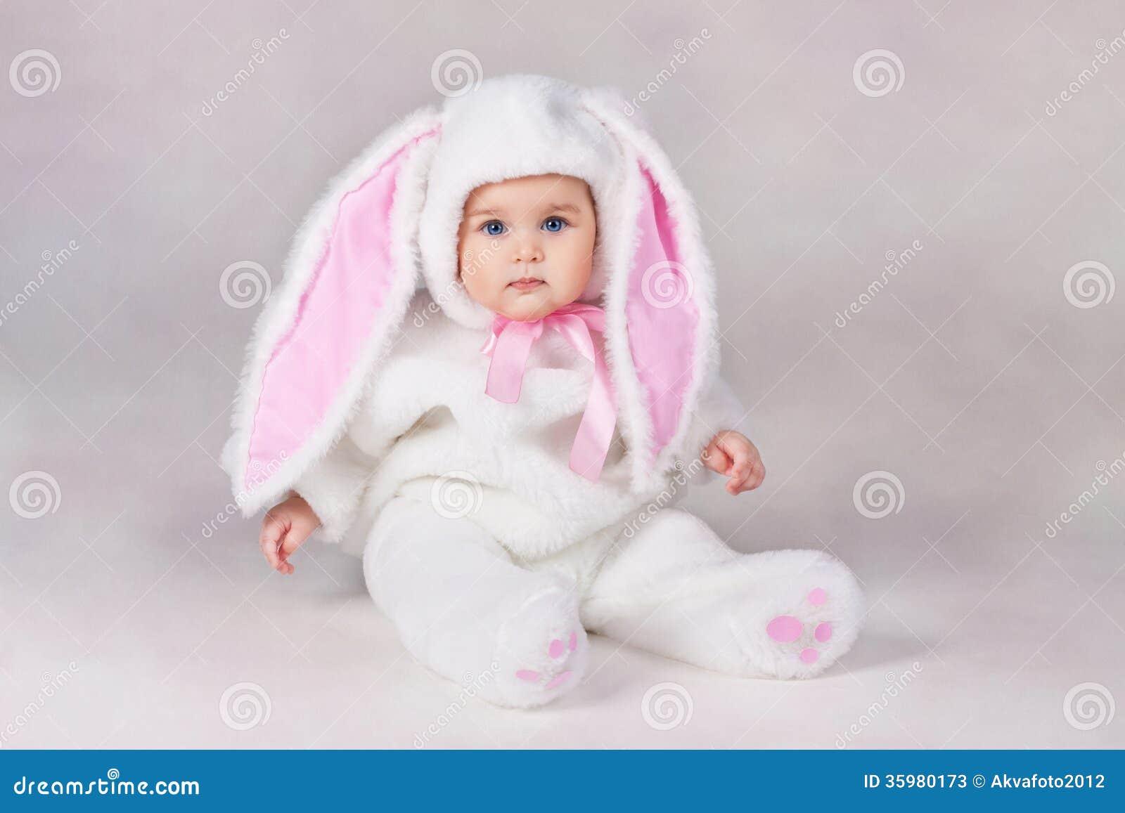 兔宝宝服装的婴孩