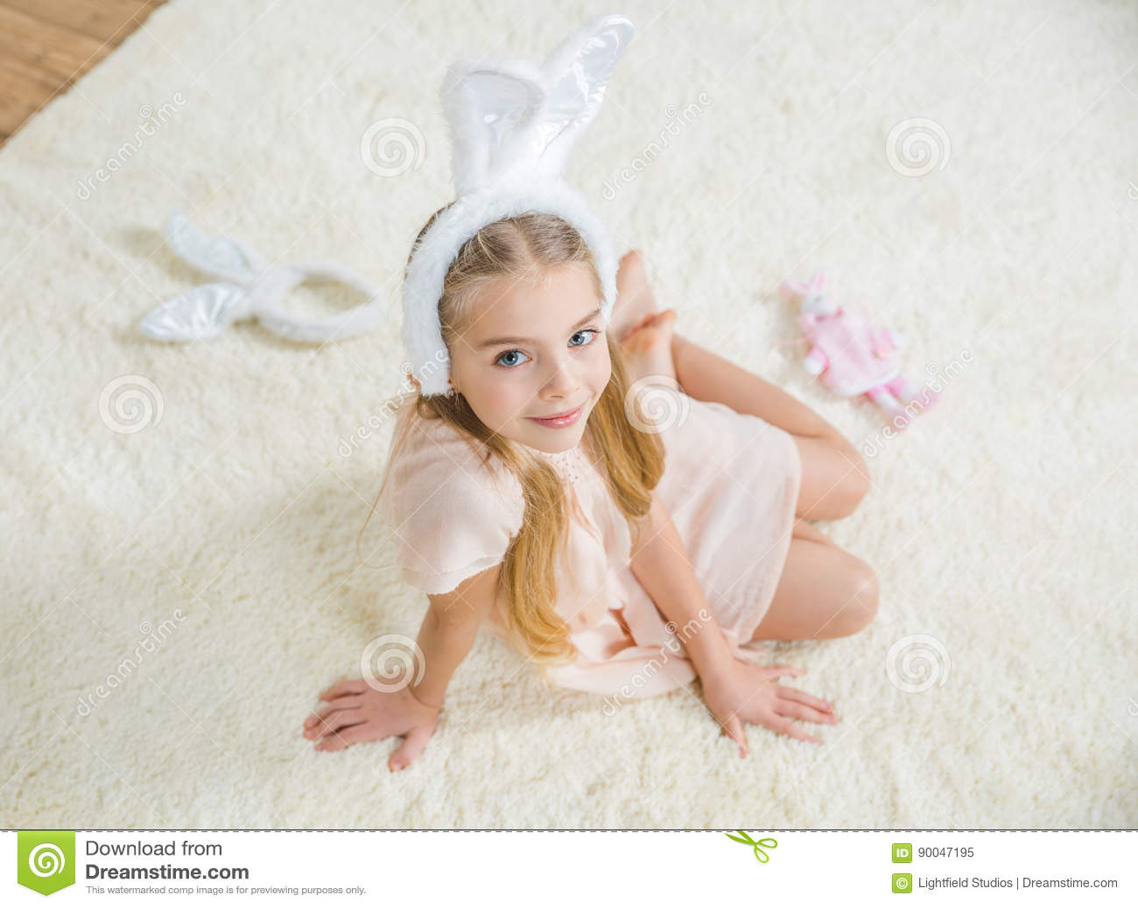 兔宝宝耳朵的女孩