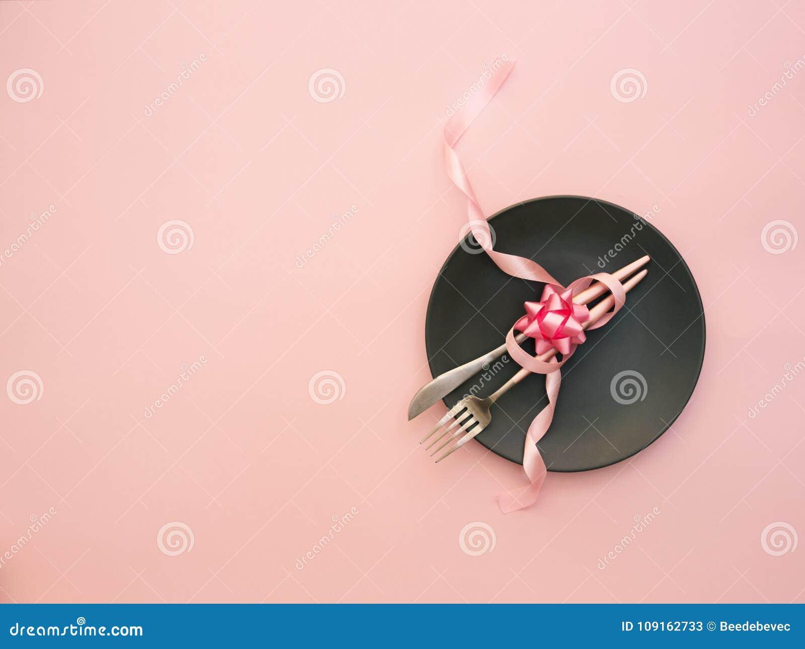 党桌设置 顶视图,在桃红色背景的平的位置 餐馆的菜单,