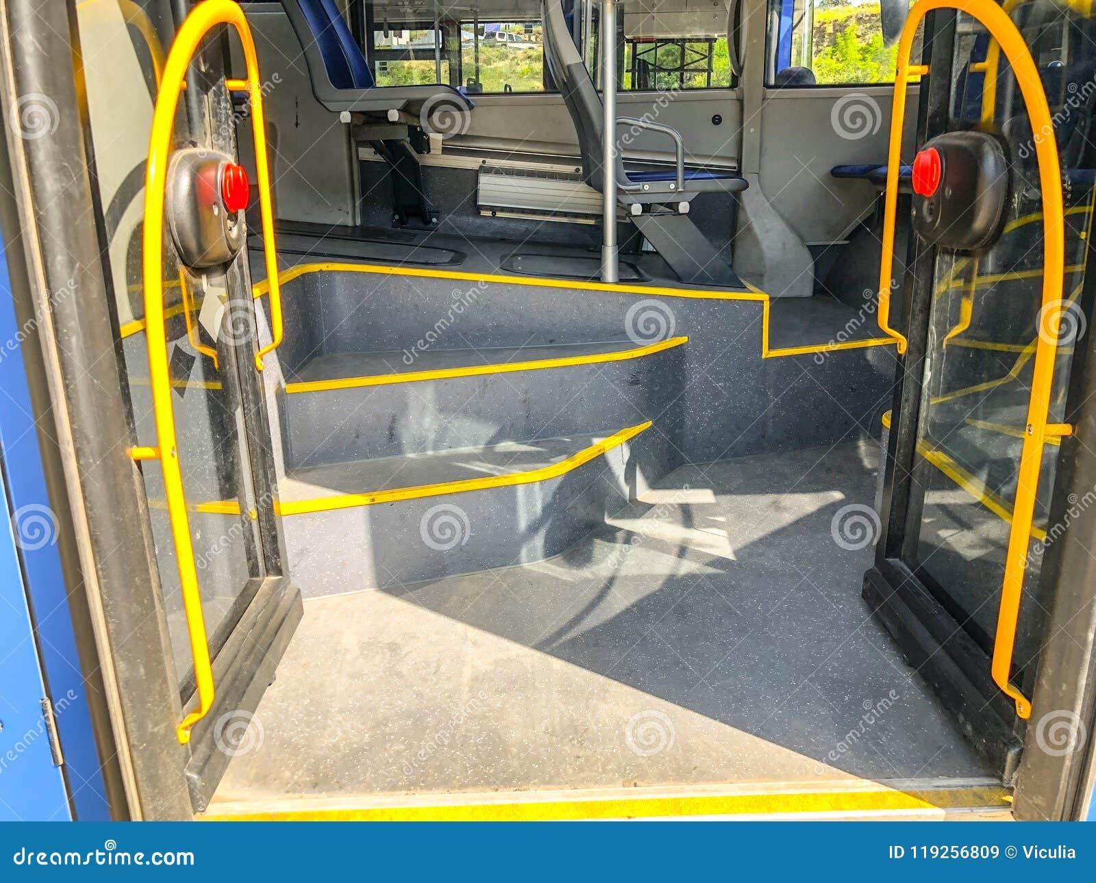 入与扶手栏杆的玻璃门和步在城市公共汽车上 关闭射击