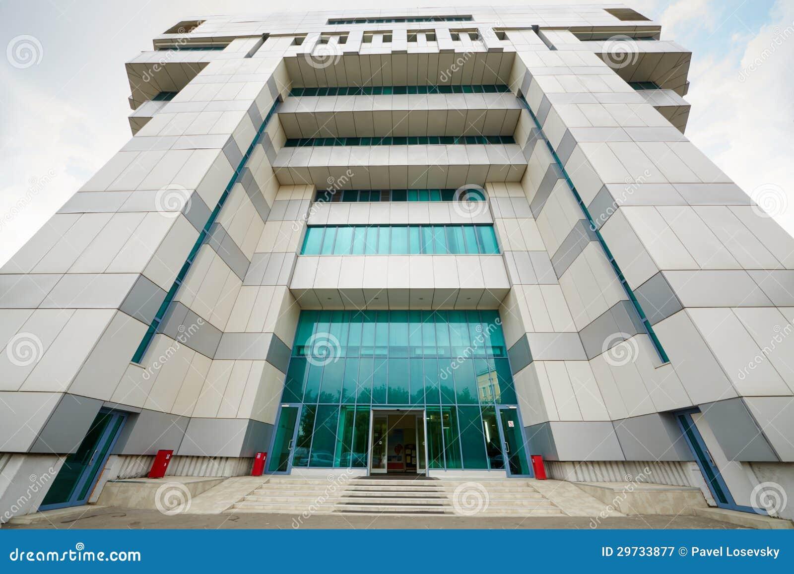 入口到办公楼里。
