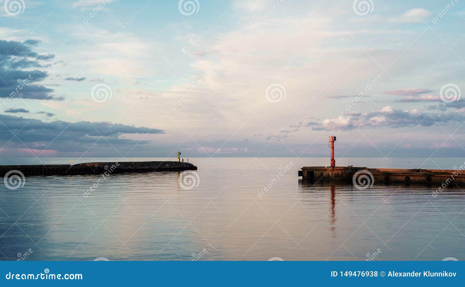 入口美好的海景到口岸里在拉脱维亚 ?? beautiful clouds
