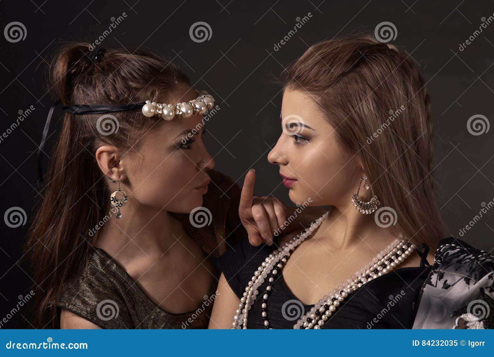 全国印地安服装的两名妇女
