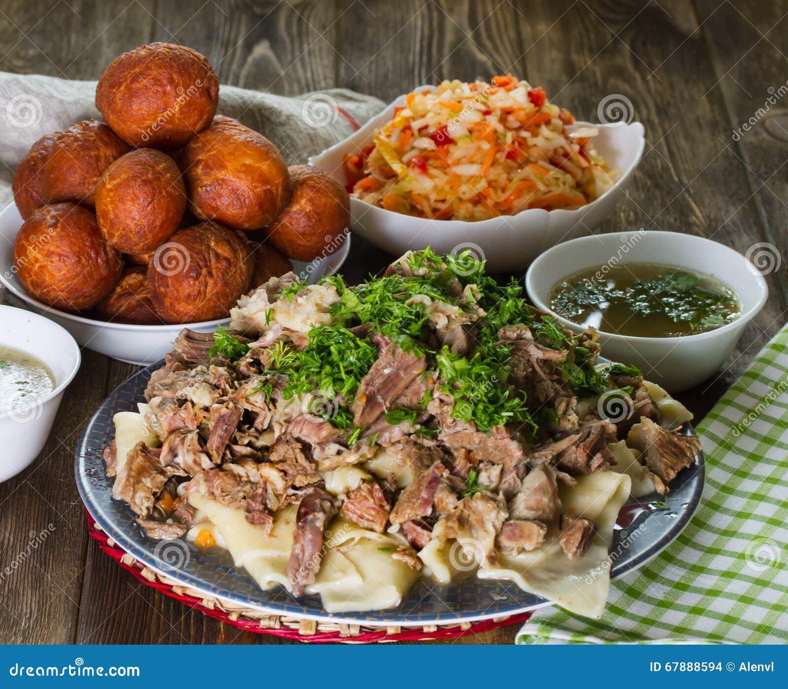 全国哈萨克人盘:Beshbarmak,萝卜Shalgam沙拉和Baursak