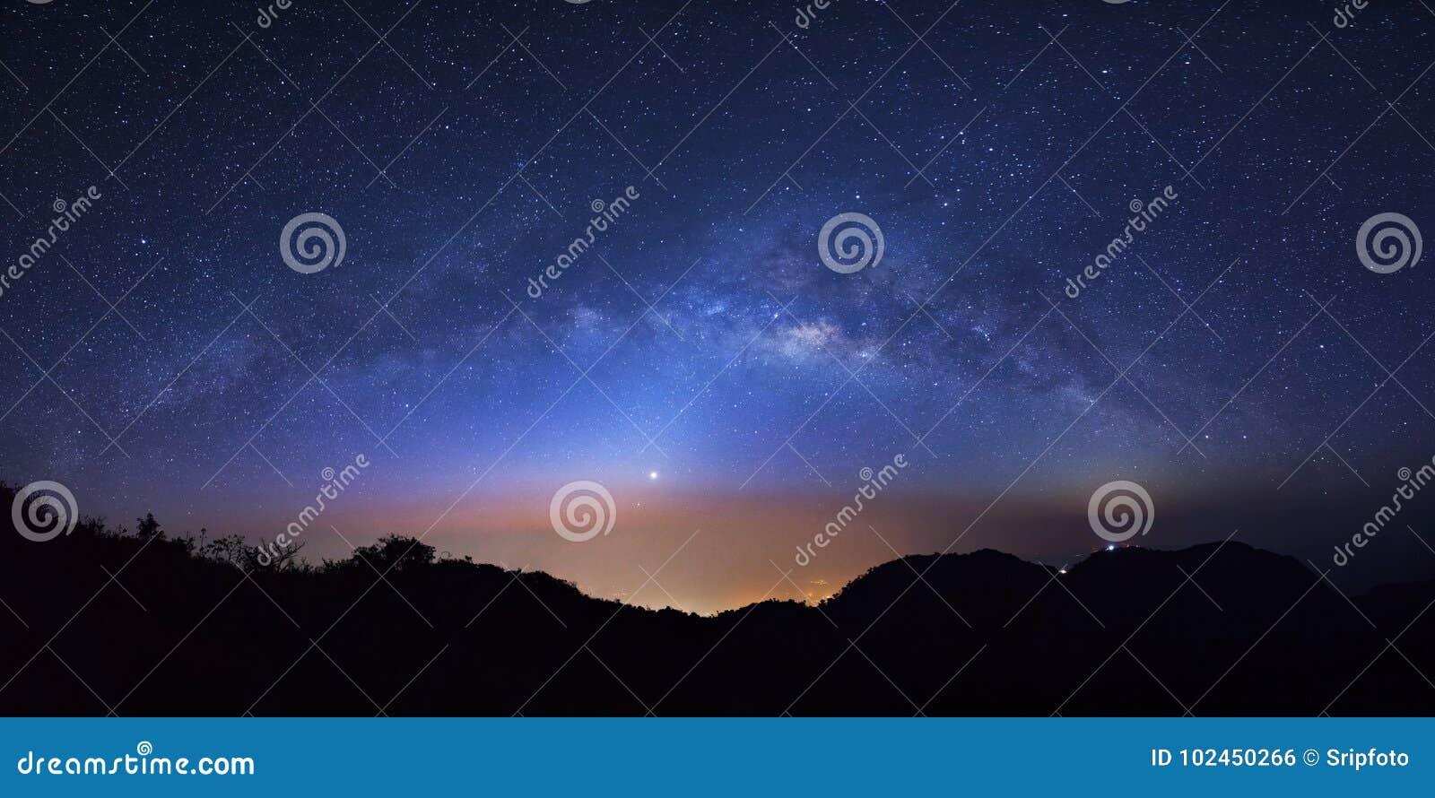 全景与高moutain的繁星之夜天空在土井Luang城镇