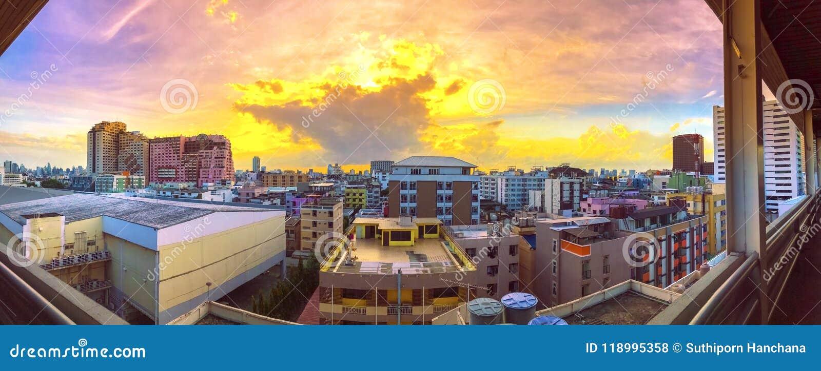 全景在城市的鸟景色有日落和云彩的在晚上 复制空间 曼谷 淡色口气