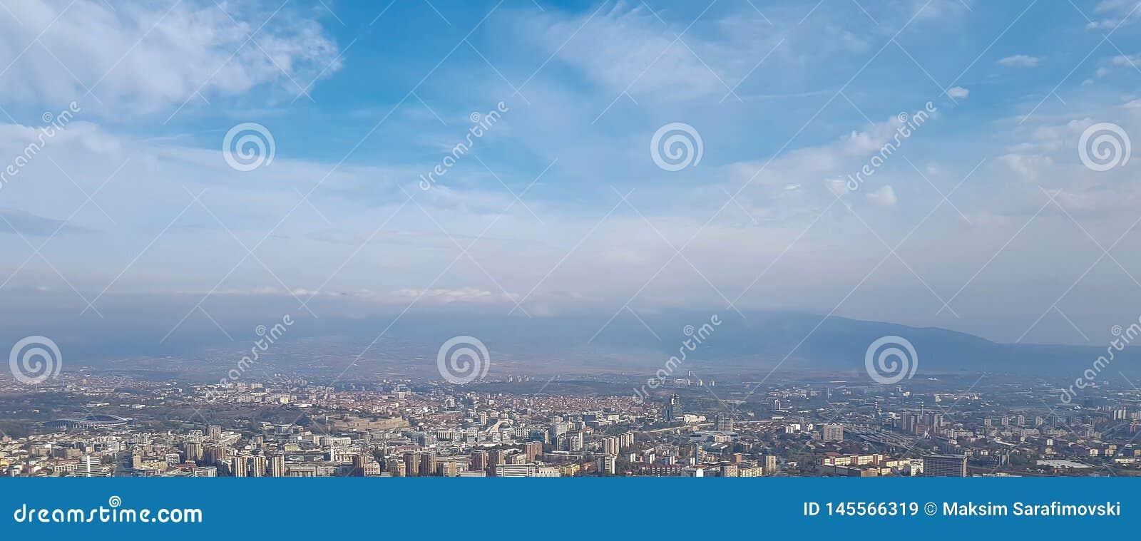 全景地平线和大厦与天空蔚蓝和白色云彩