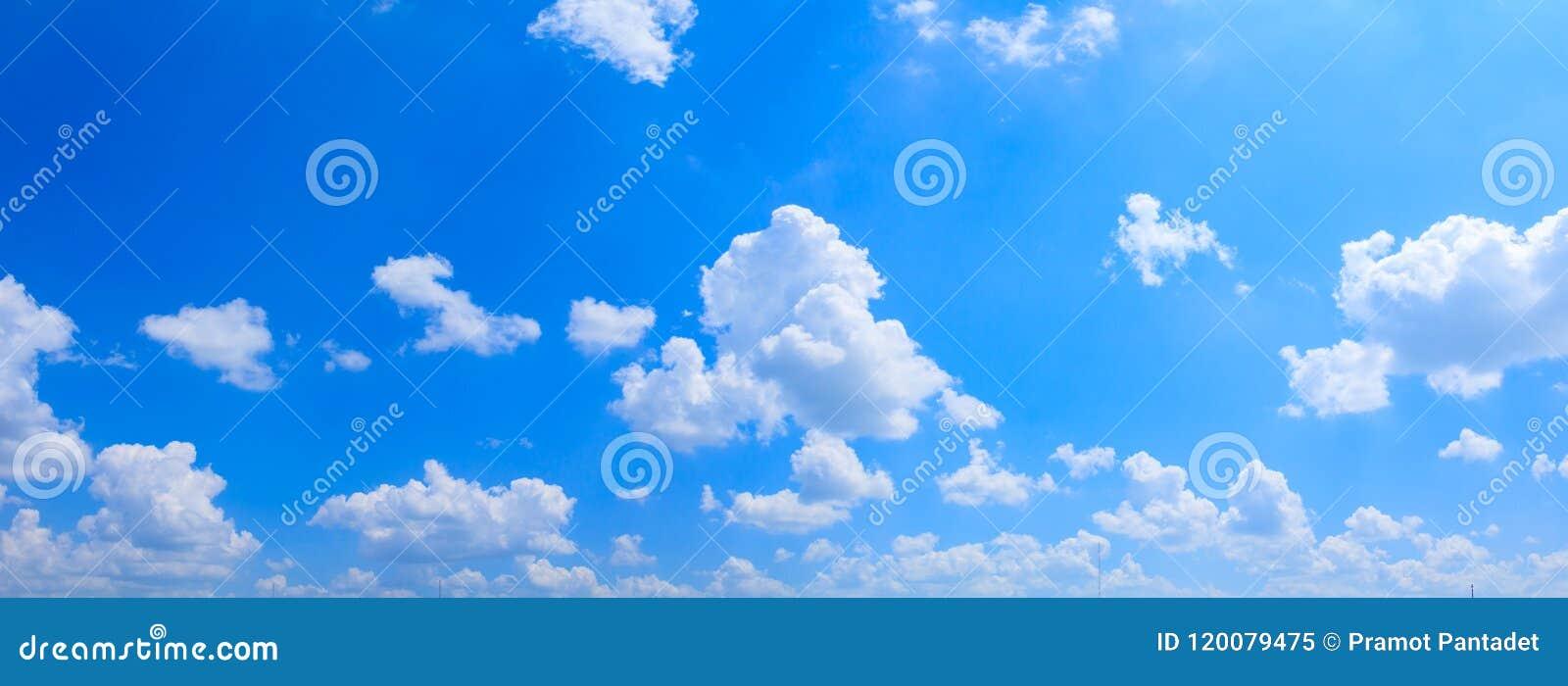 全景天空和云彩夏令时美好的背景