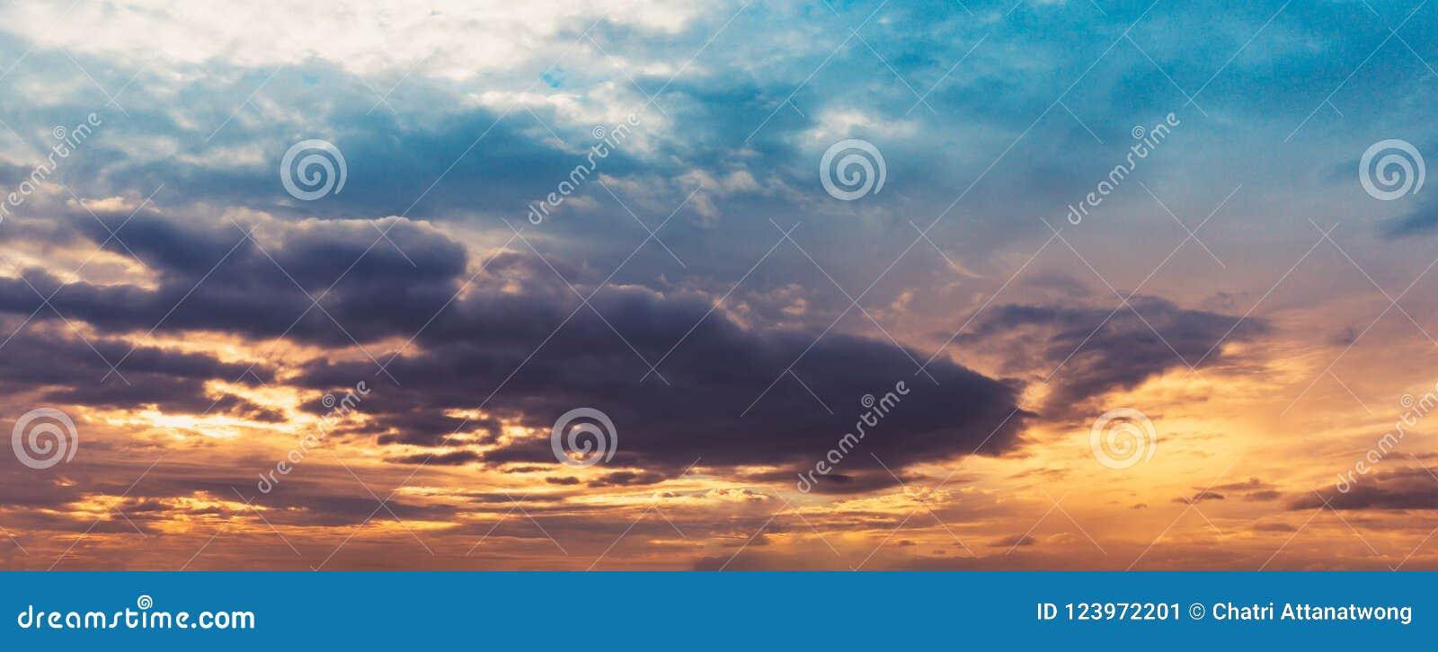全景暮色天空和云彩蛤蜊音色