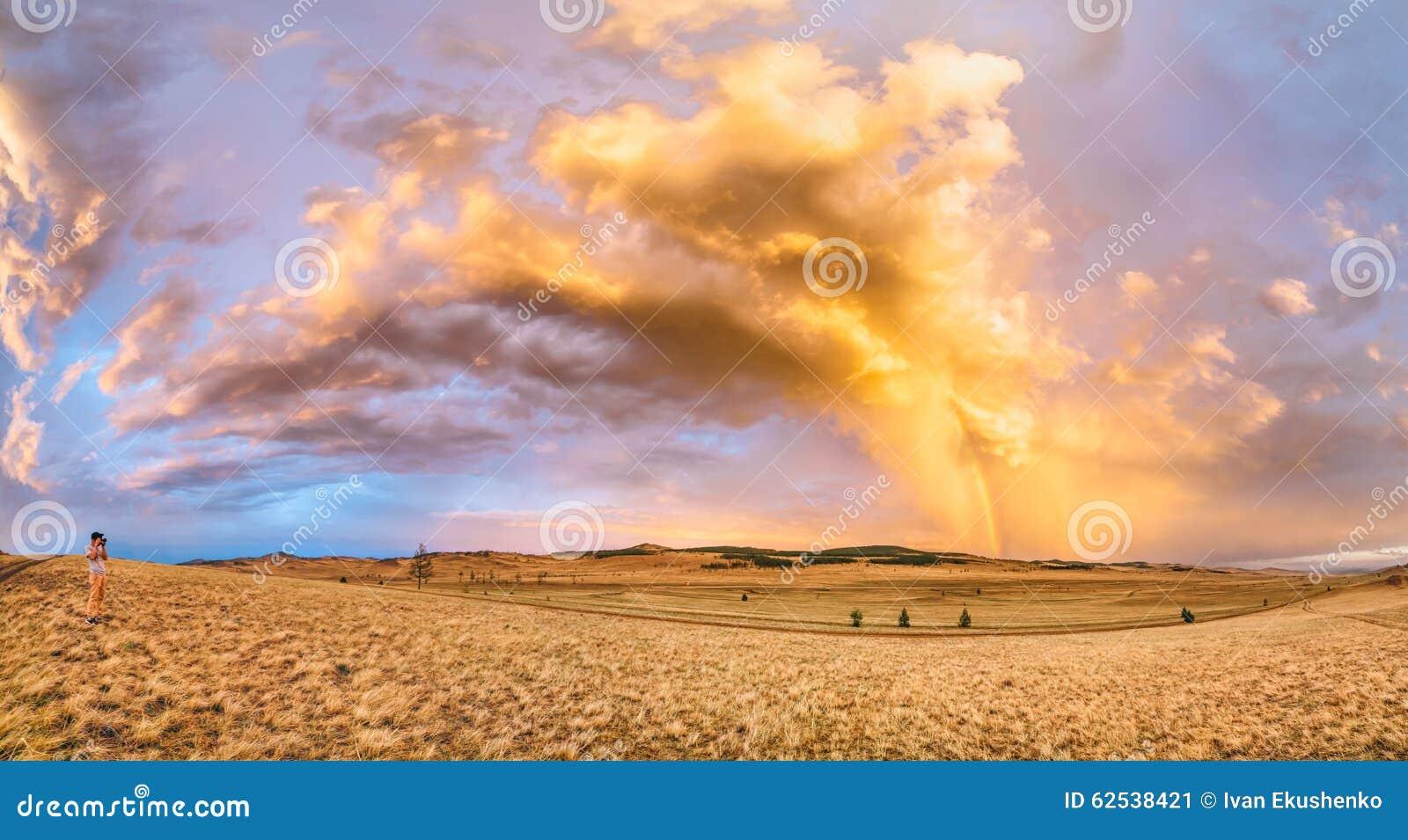 全景照片 在以后的摄影师射击美丽的彩虹