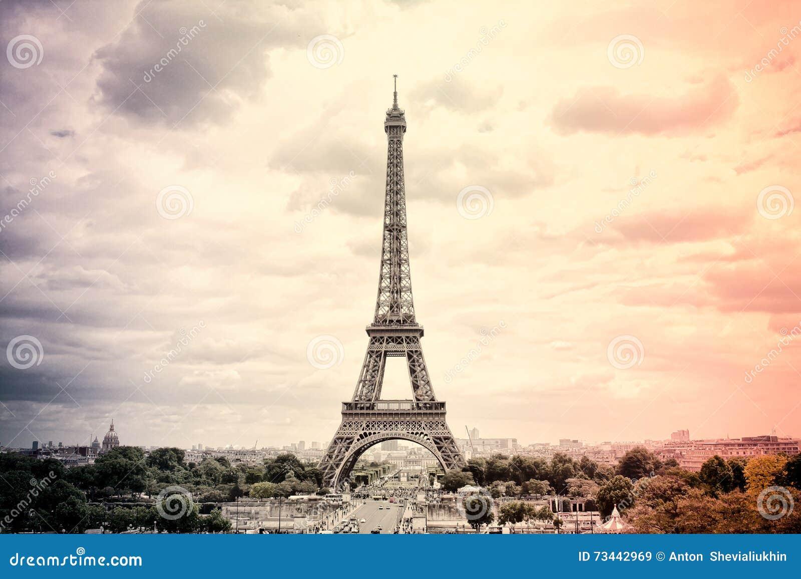 全景艾菲尔铁塔在法国国旗的颜色的巴黎 葡萄酒 游览埃菲尔老减速火箭的样式