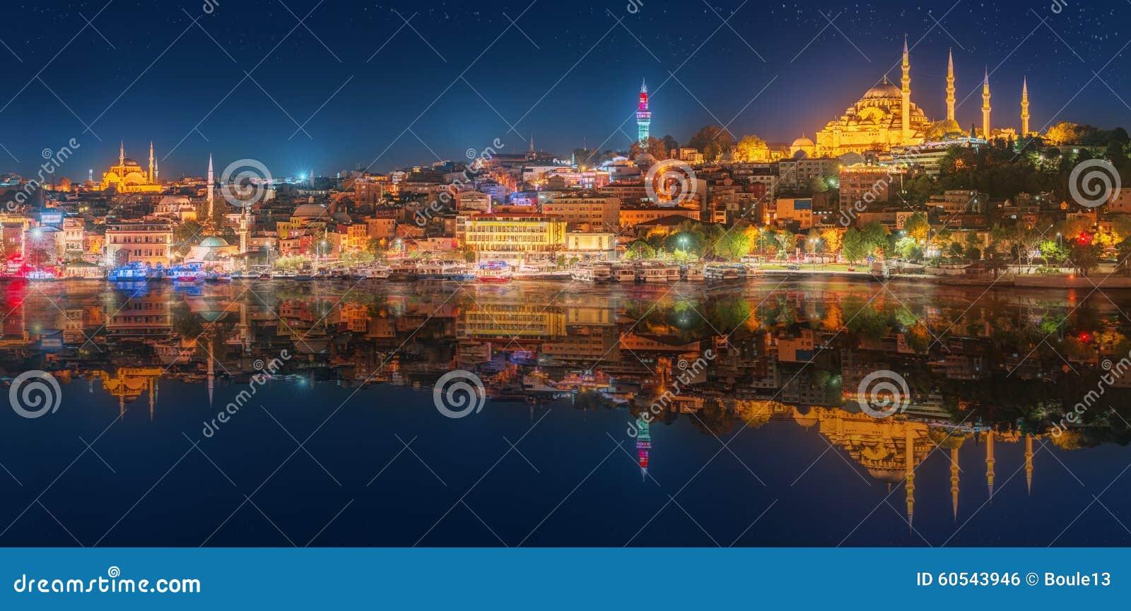 全景os伊斯坦布尔和博斯普鲁斯海峡在晚上
