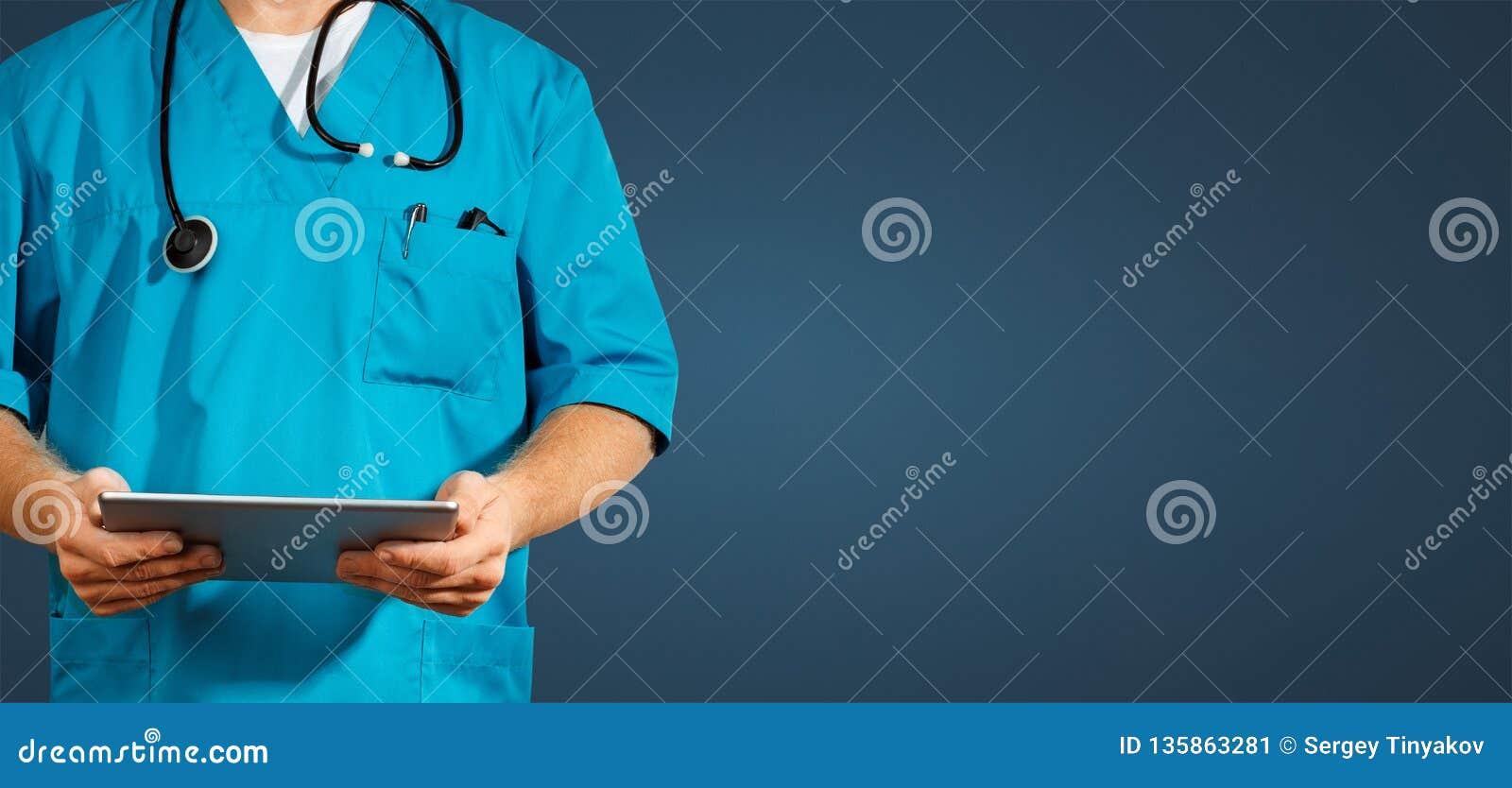 全球性医学和医疗保健的概念 使用数字式片剂的无法认出的医生 诊断和现代技术在蓝色