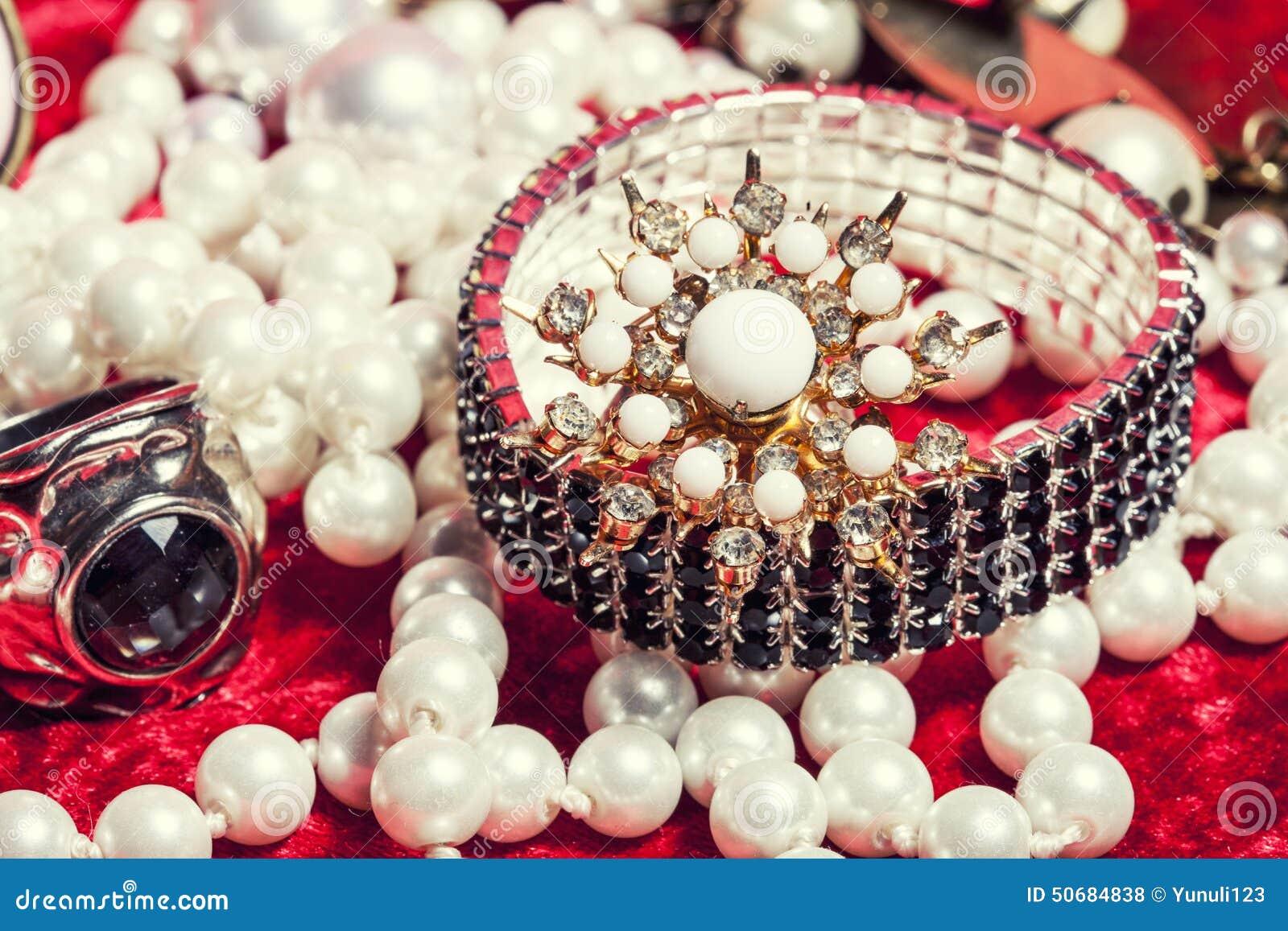 Download 全部首饰关闭在红色天鹅绒箱子,圆环 库存照片. 图片 包括有 宝石, 对象, 成串珠状, 链子, 豪华, beautifuler - 50684838