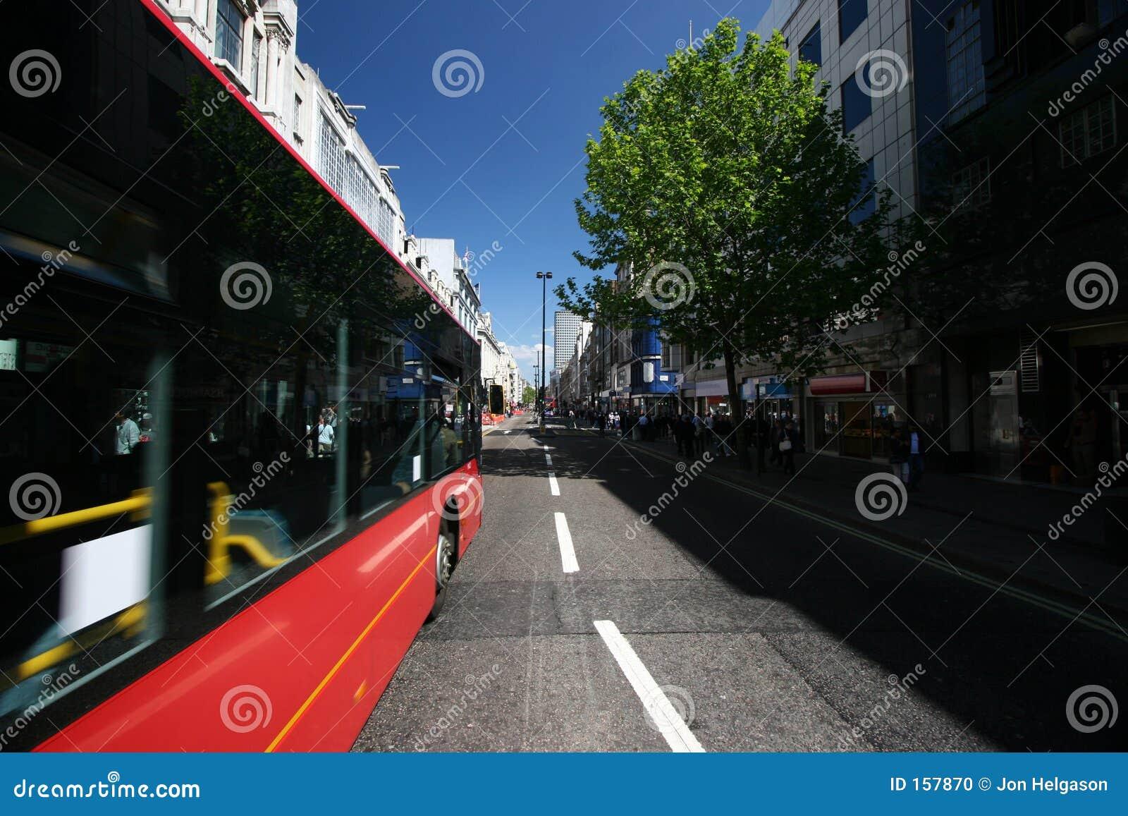 公共汽车通过