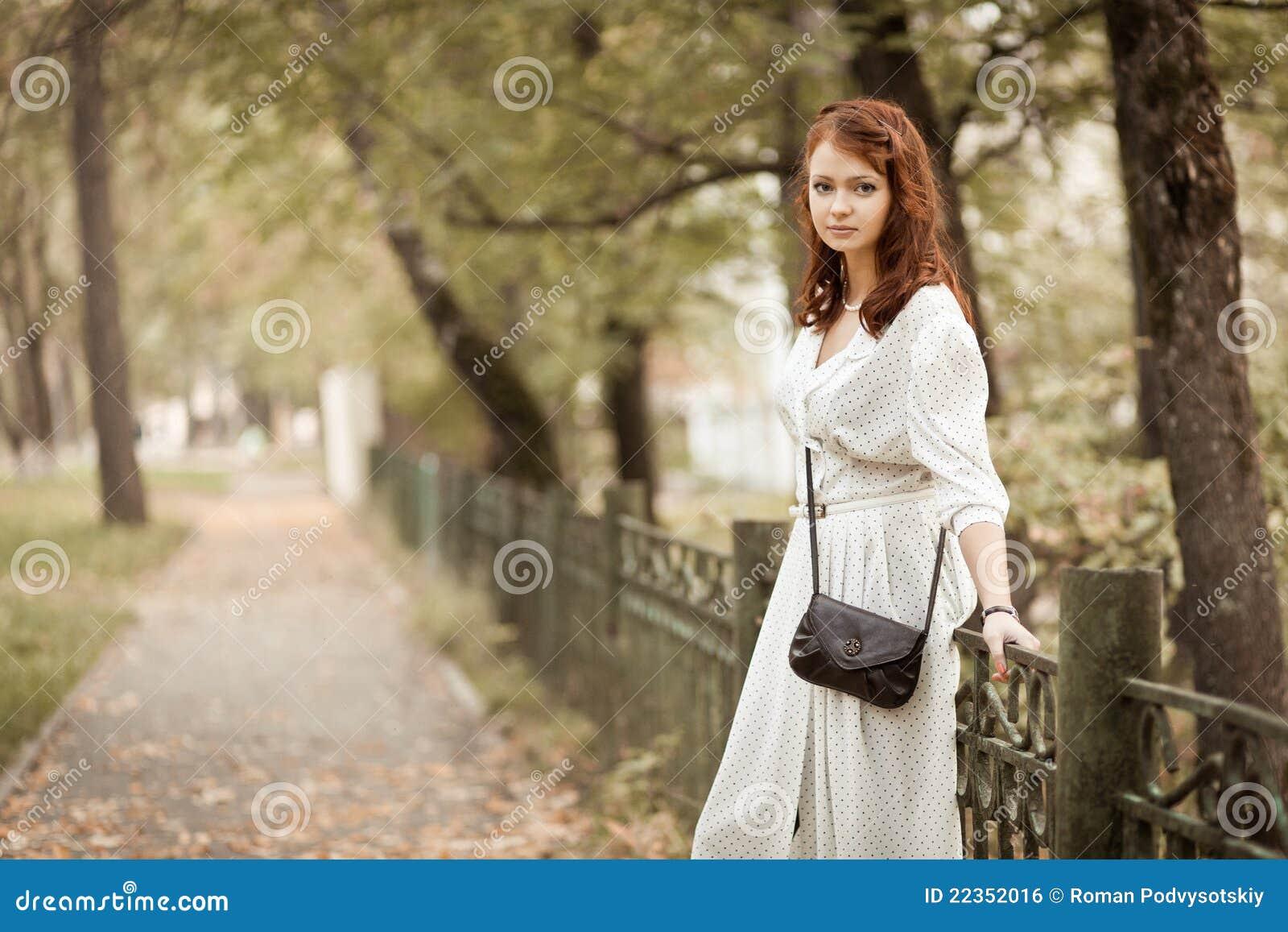 公园的红头发人女孩