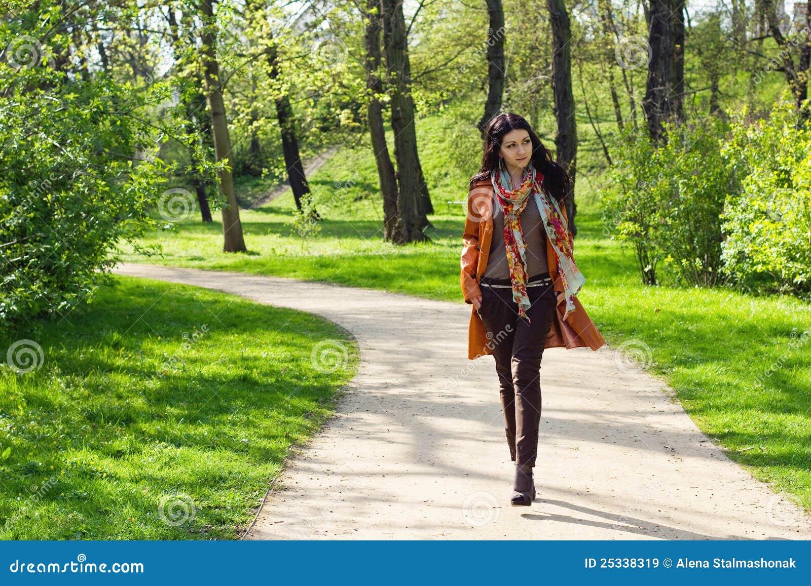 公园走的妇女年轻人