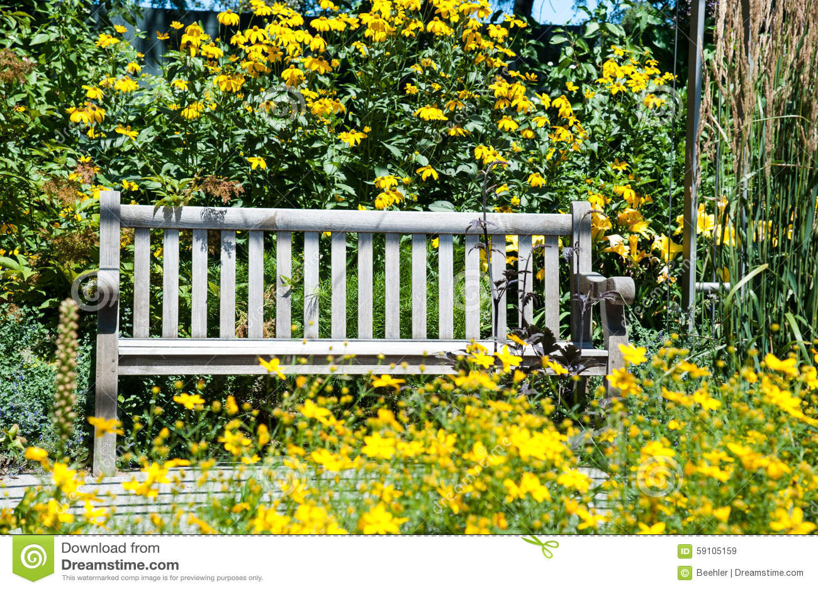 公园长椅围拢与黄色花