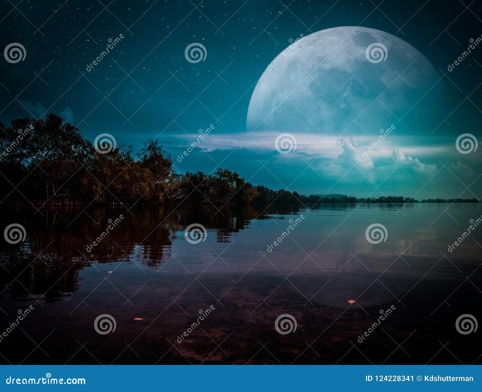 公寓自行车装饰好房子处理照片照片河对下面墙壁水 夜空风景与许多星的 电影