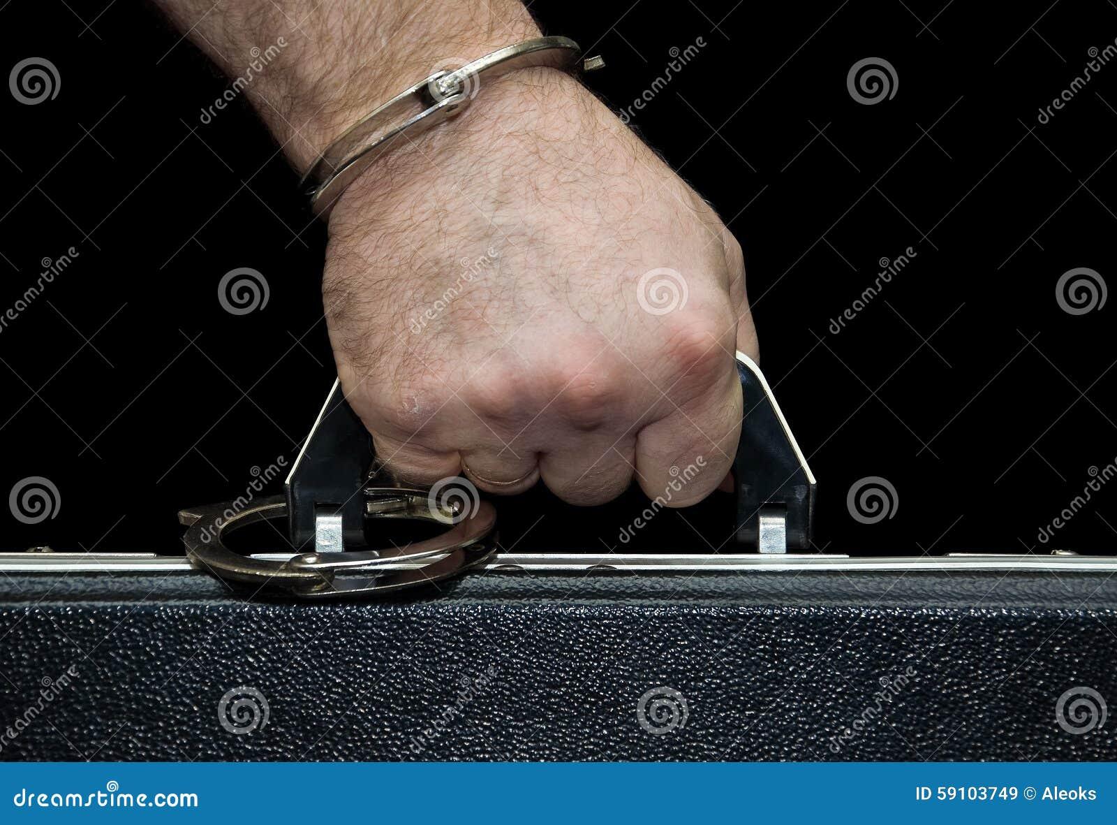 公文包扣上手铐对他的手