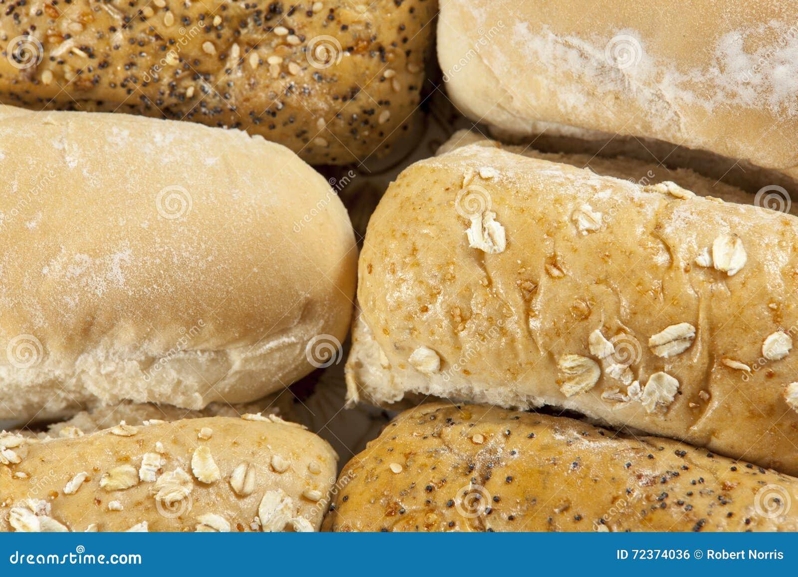 六个整粒和白色种子小圆面包近景