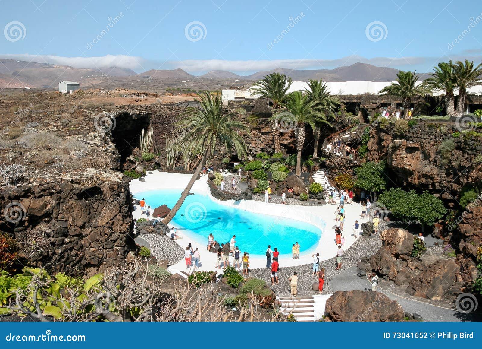 兰萨罗特岛,金丝雀ISLANDS/SPAIN - 8月9日:人走的roun