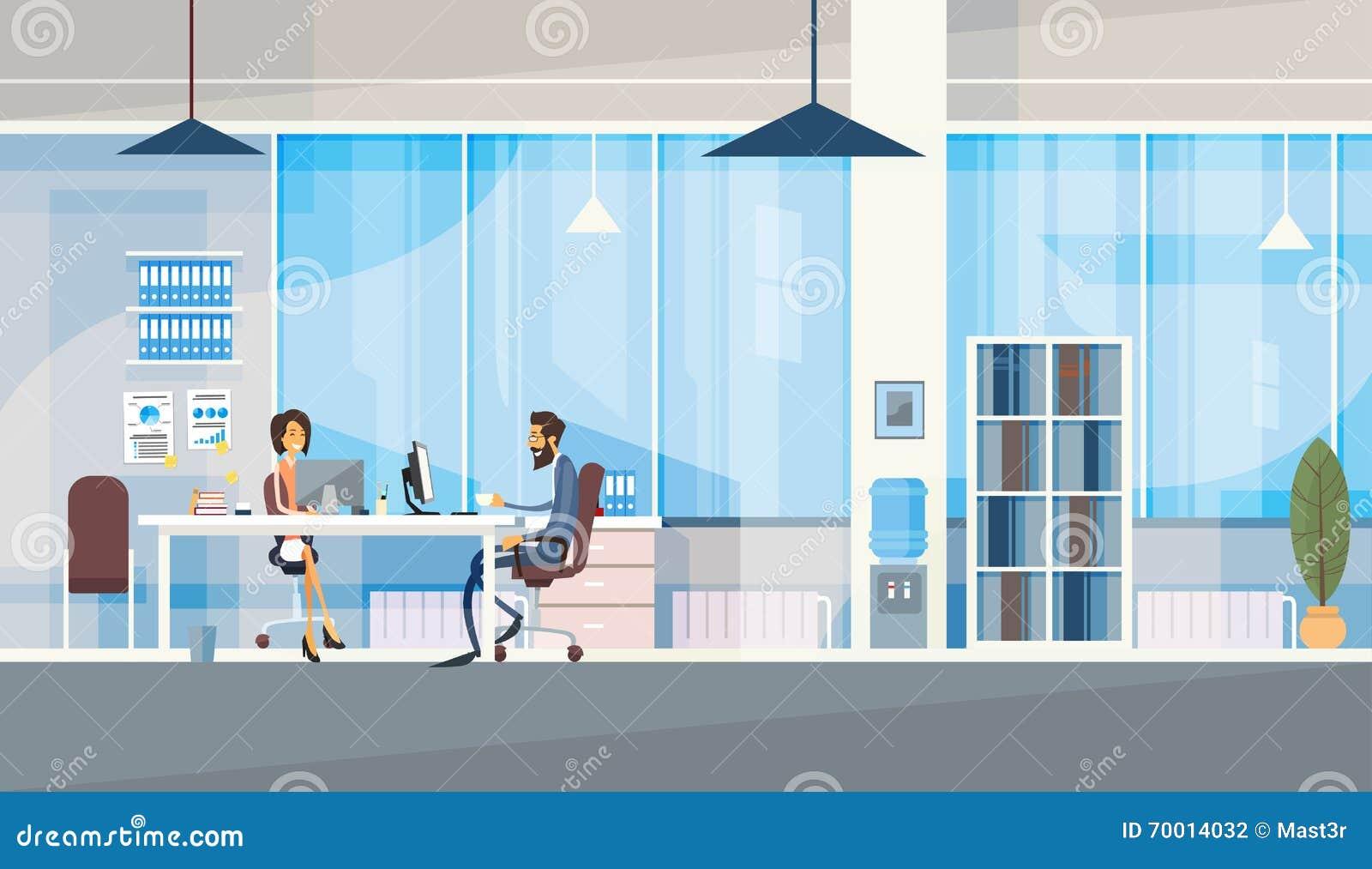 共同工作中心商人坐的书桌的创造性的办公室