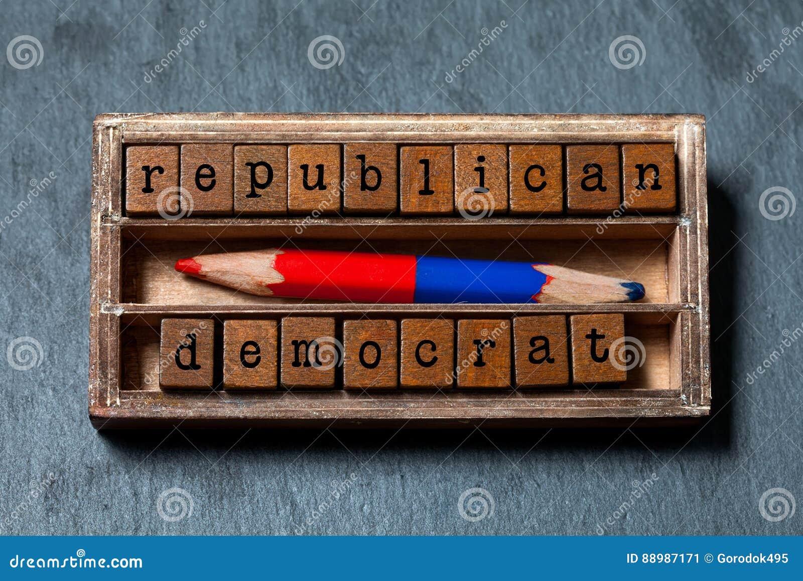 共和党民主人士精明供选择的挑选概念 葡萄酒箱子,与老牌信件的木立方体词组,红色