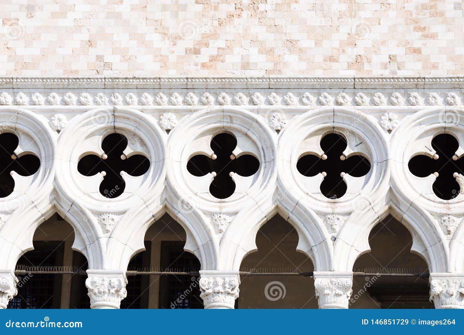 共和国总督的宫殿的门面细节在威尼斯