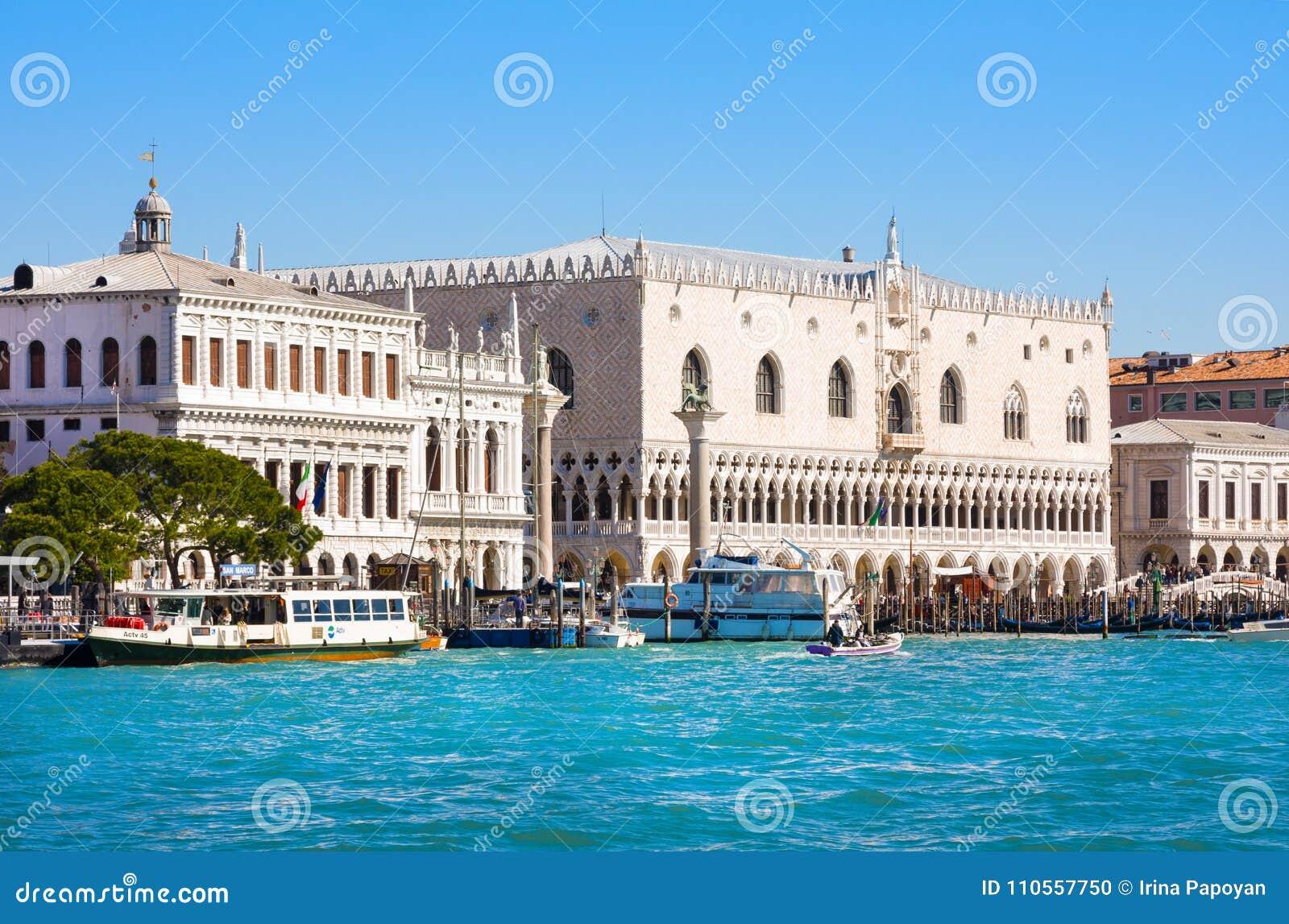 共和国总督` s宫殿和钟楼看法Piazza的di圣Marco,威尼斯,意大利