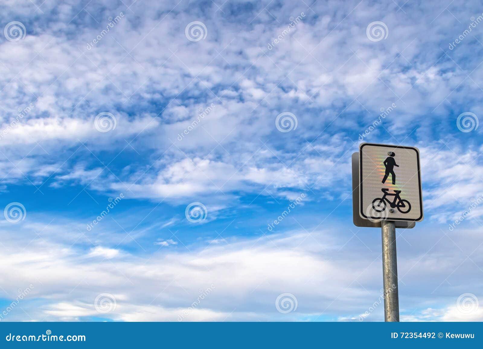 共有的自行车骑马车道和步行道在杆岗位ag