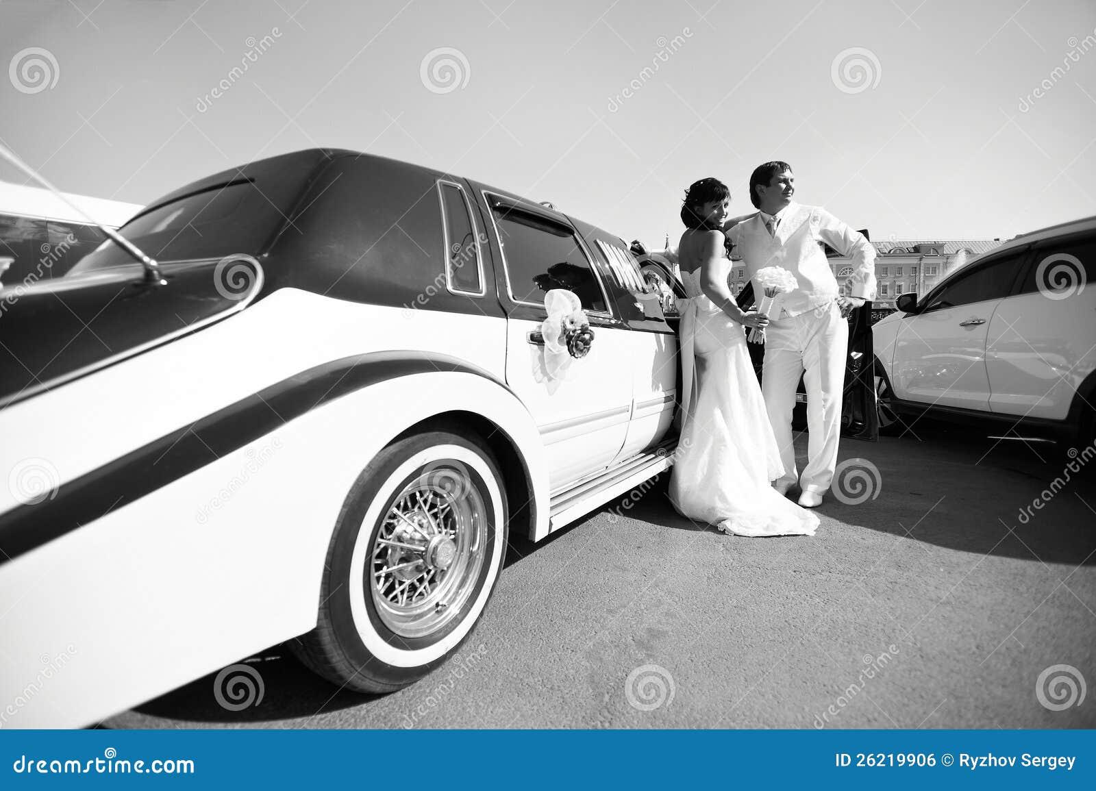 关于大型高级轿车的愉快的新娘和新郎