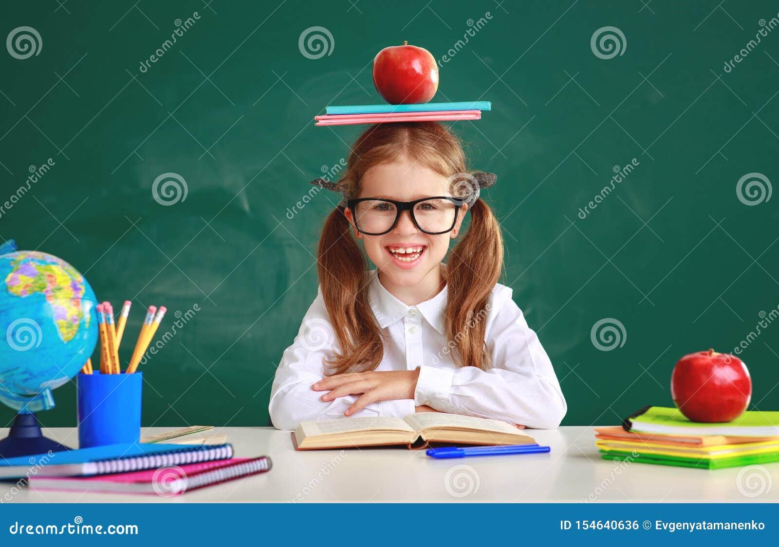 关于学校黑板的滑稽的儿童女小学生女生