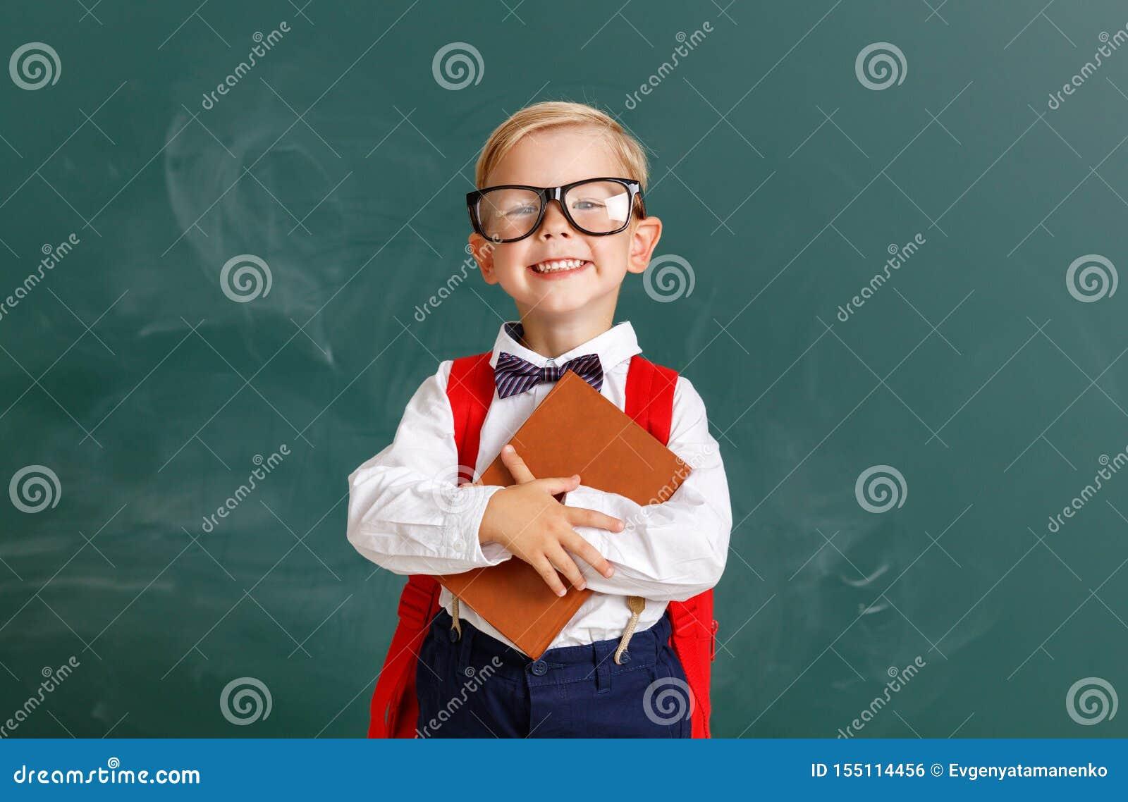 关于学校黑板的滑稽的儿童男小学生男孩学生