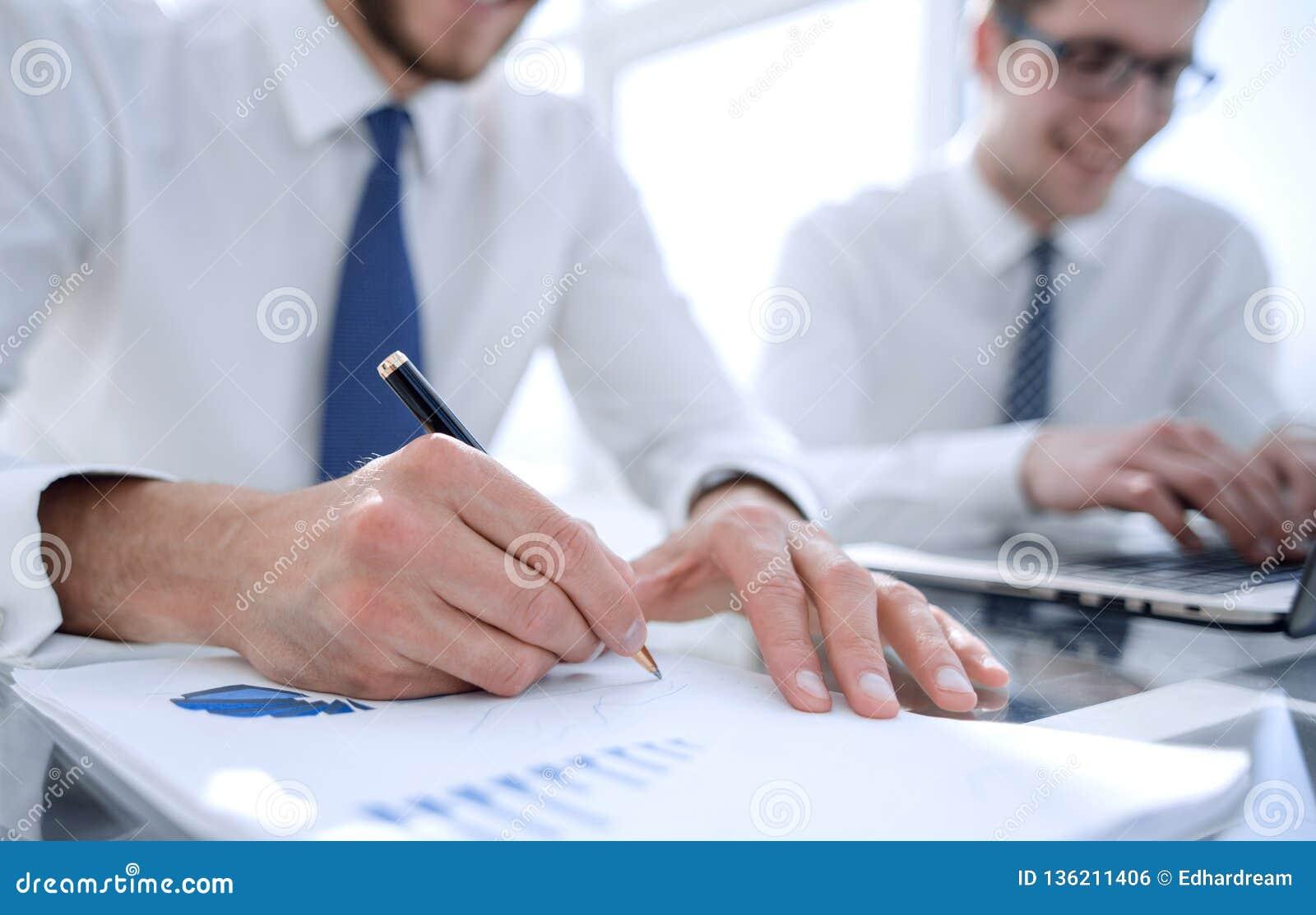 关于费用和做财务图表报告的商人检查在办公室