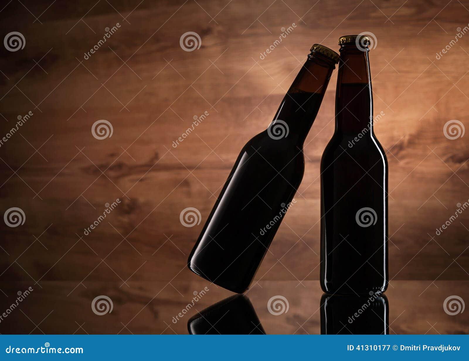 关闭两个啤酒瓶