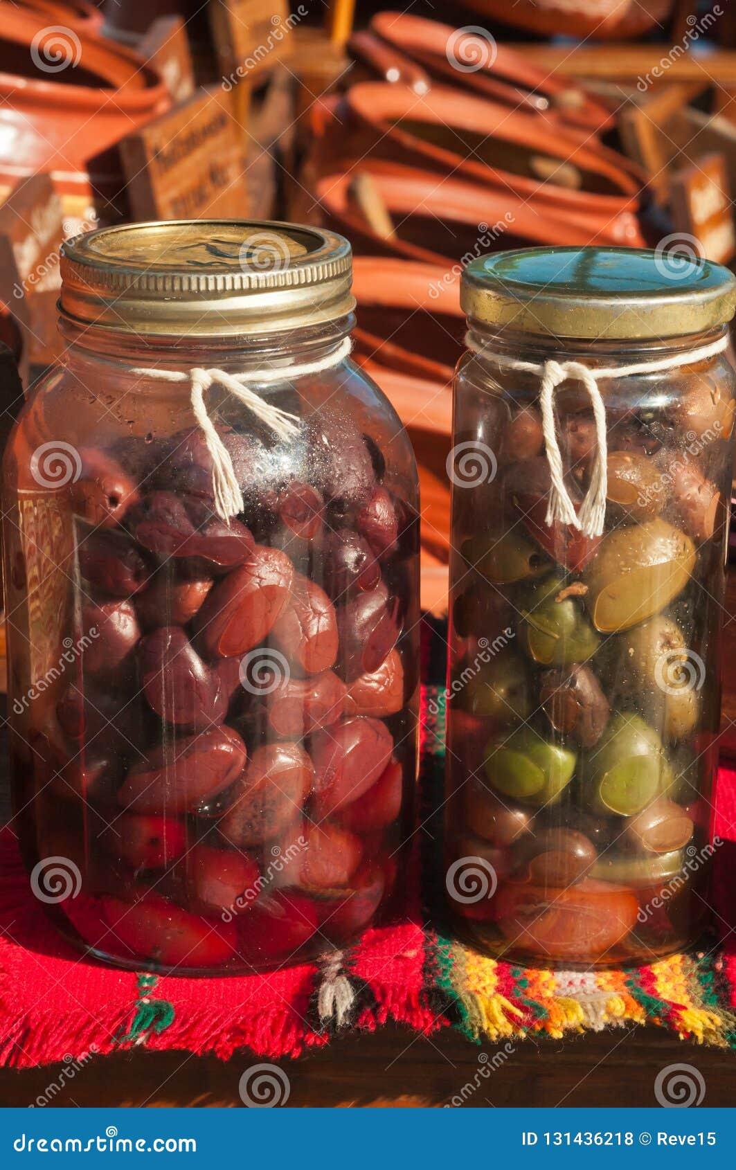 关闭两个瓶橄榄待售