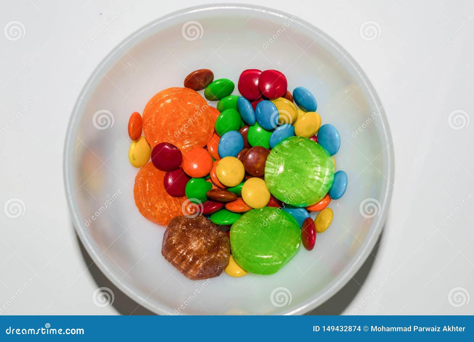 关闭五颜六色的上漆的巧克力糖