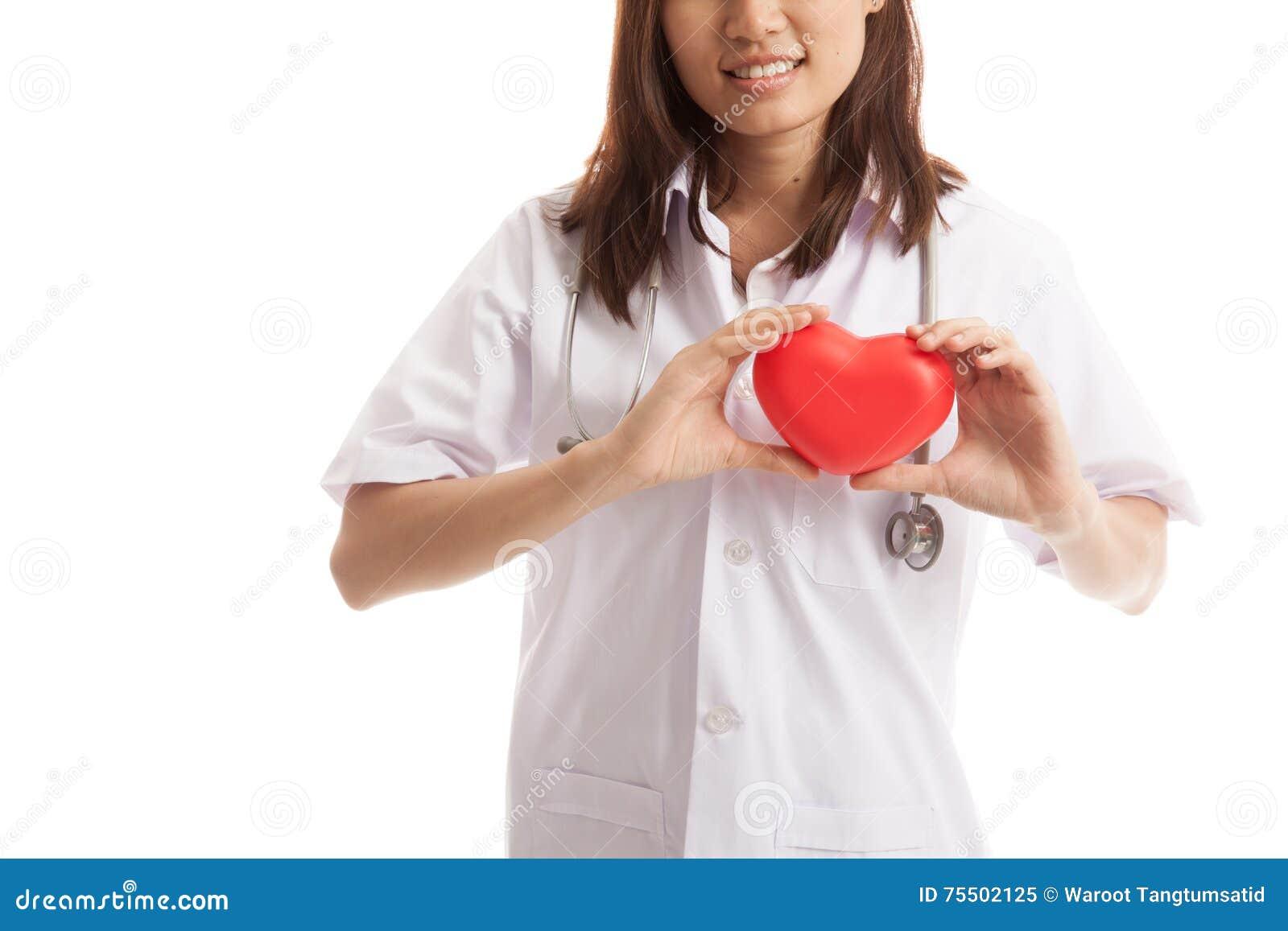 关闭亚洲女性医生举行红色心脏和