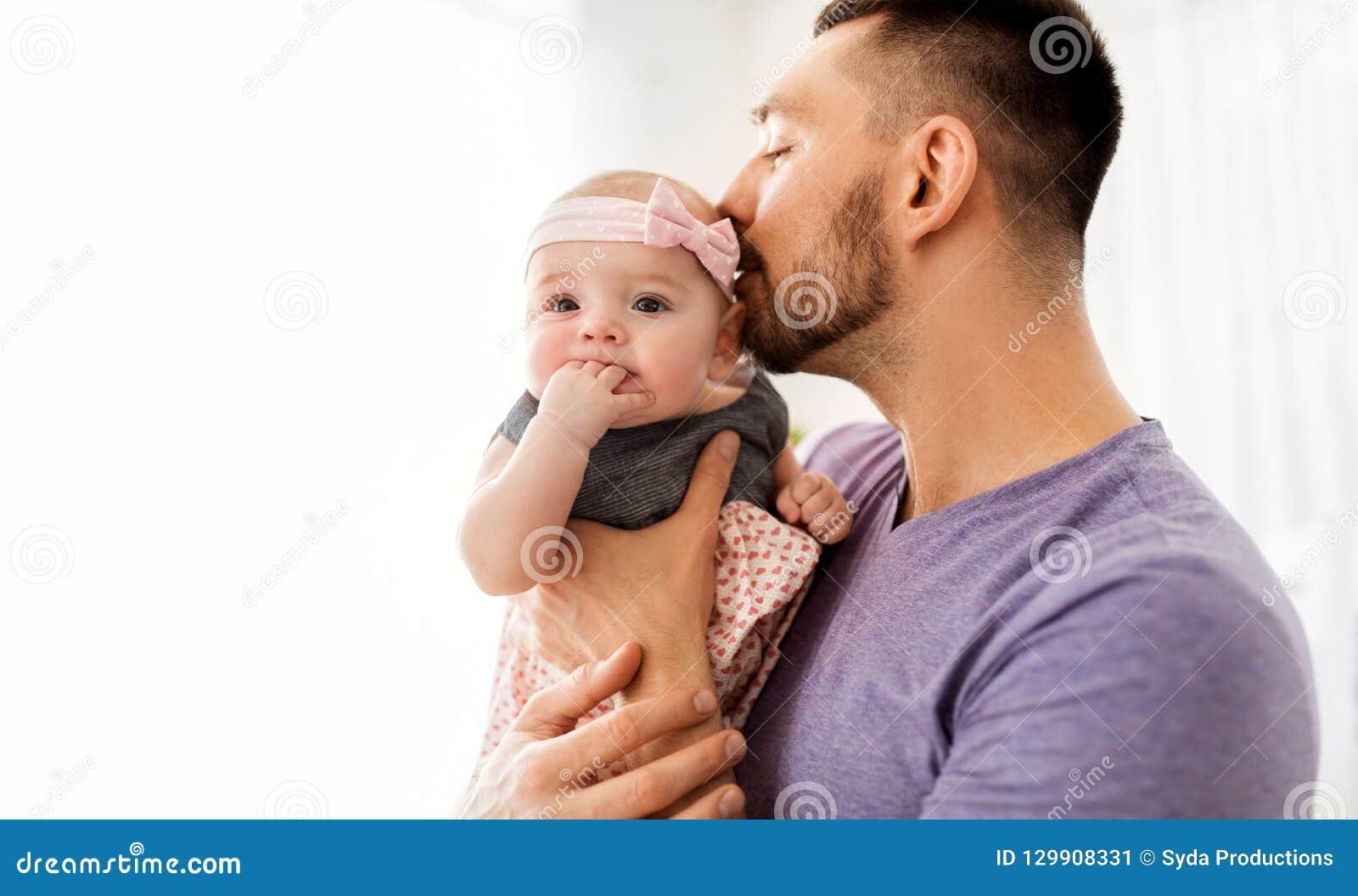 关闭亲吻小小女儿的父亲