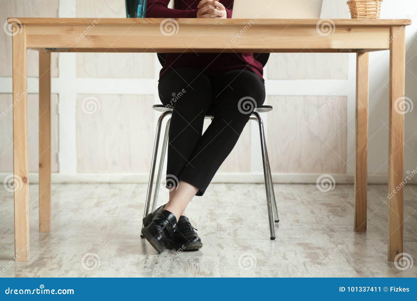 关闭企业夫人的腿在书桌期望会议的
