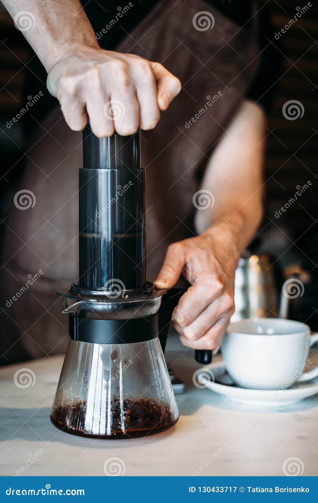 关闭做供选择咖啡酿造的barista
