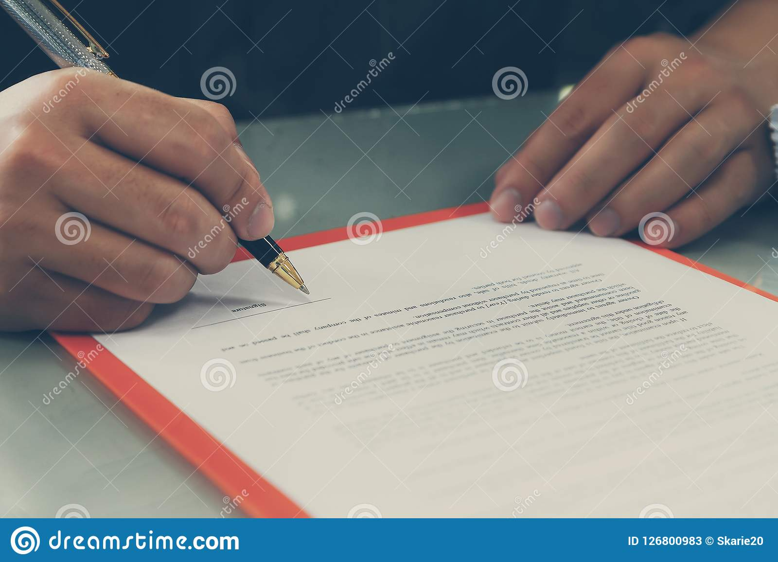 关闭做成交的商人签署的合同