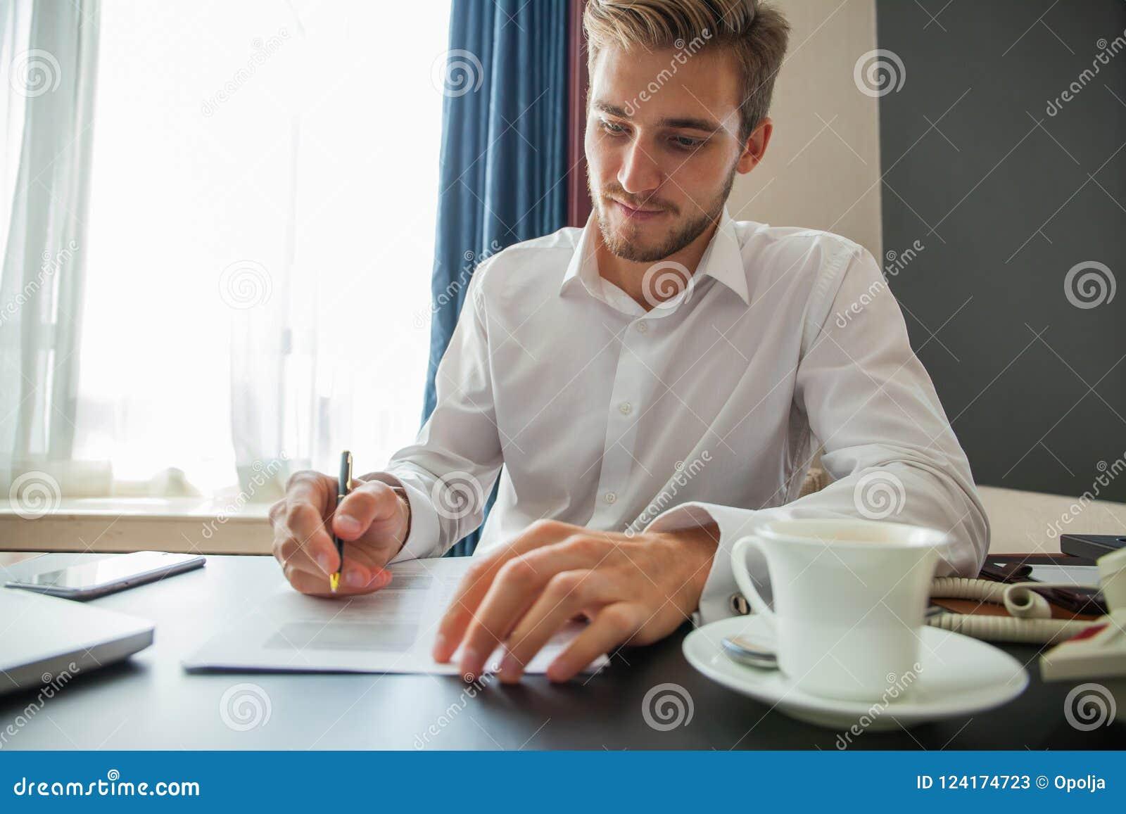 关闭做成交,经典事务的商人签署的合同