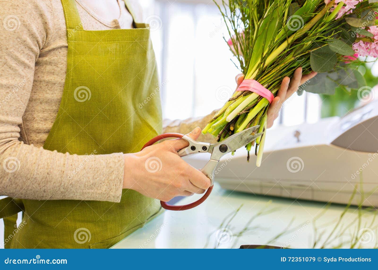 关闭做束的妇女在花店