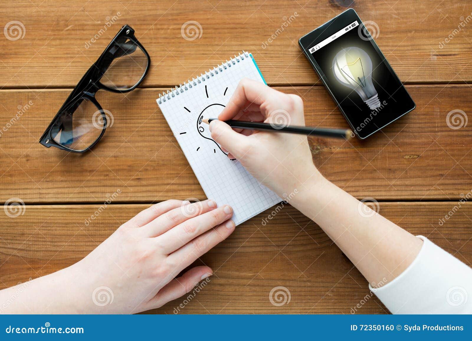 关闭写给笔记薄的妇女或学生