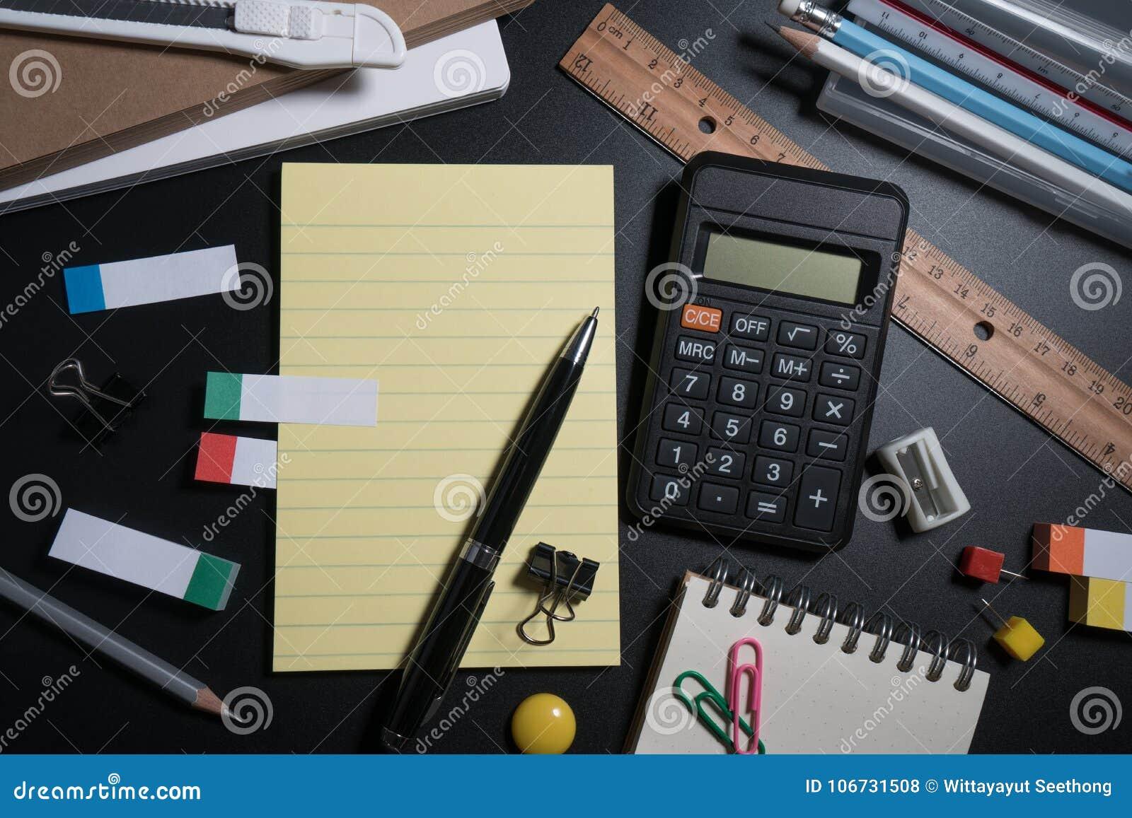 关闭办公室在黑背景的企业供应在演播室 基本和经典办公室企业供应